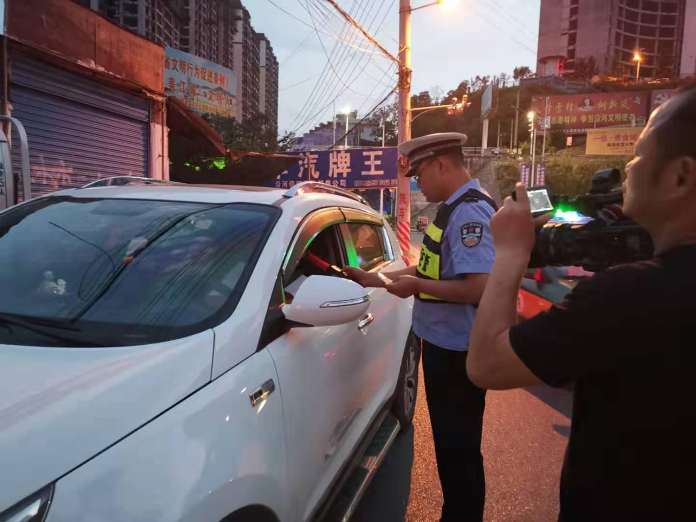 沿河交警邀请电视台记者随警作战夜查酒驾