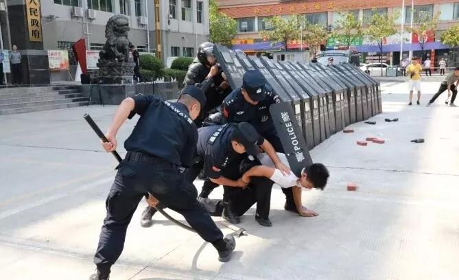 沿河警方开展处置群体性事件应急演练